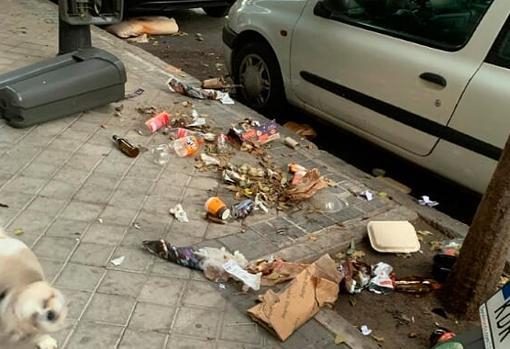 Basura en el suelo, tras esparcir los restos de una papelera