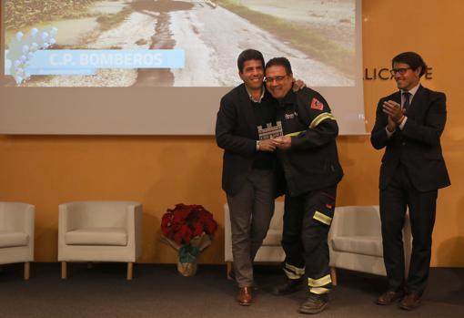 El presidente y el diputado Juan de Dios Navarro, con uno de los homenajeados