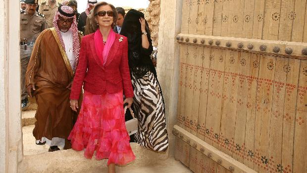 Doña Sofía, vestida de color fucsia en su viaje a Arabia Saudí de 2006