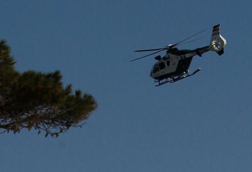 El helicóptero en el que viajaba Sánchez sobrevuela las zonas afectadas por la borrasca en el Puerto de Cala Ratjada, en Capdepera (Mallorca)