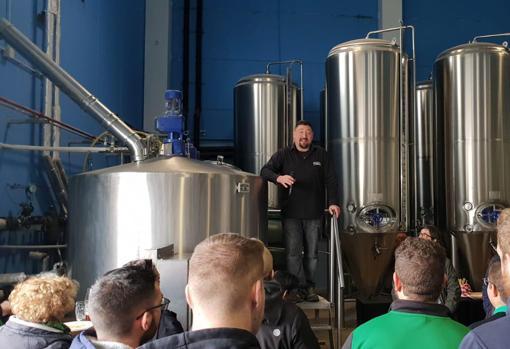 El maestro cervecero de Tormo, Andrés Gómez, en la inauguración de las instalaciones