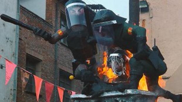 Imagen de las figuras de los policías quemados en Ribes