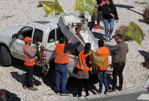 Varios manifestantes escenifican la muerte de la agricultura con un ataúd