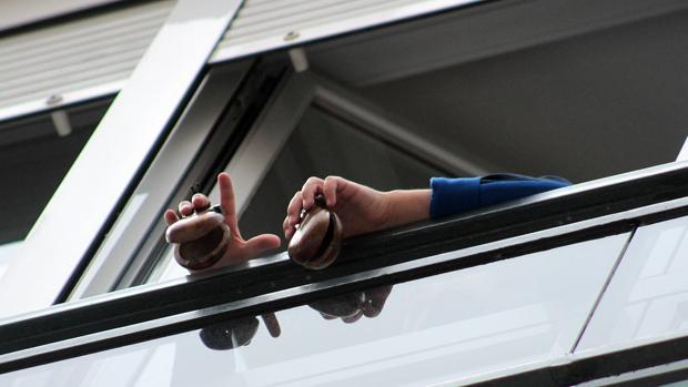 Un niño toca las castañuelas desde su balcón en León - ICAL
