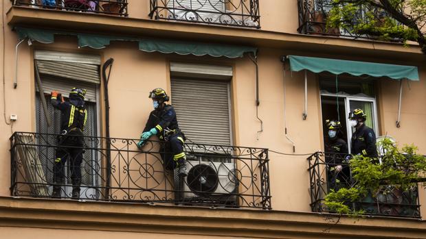 Bomberos entran en una casa de Vallecas en confinamiento