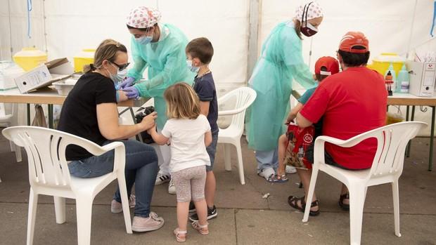 Una familia se somete, ayer, a las pruebas de seroprevalencia realizadas en el recinto ferial de Torrejón de Ardoz