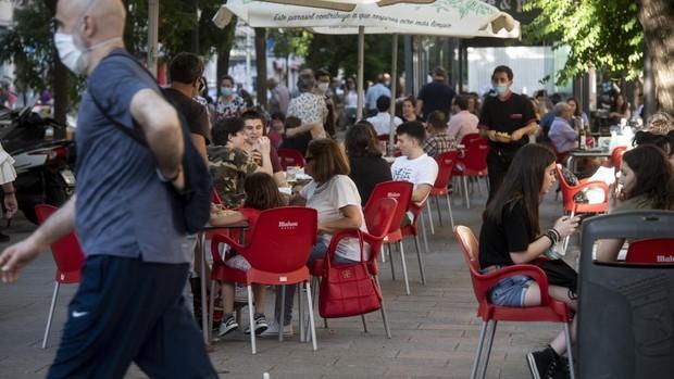 Los Bares Y Restaurantes Sin Terraza Podran Sacar Una Mesa Alta Con Taburetes A La Calle En Madrid