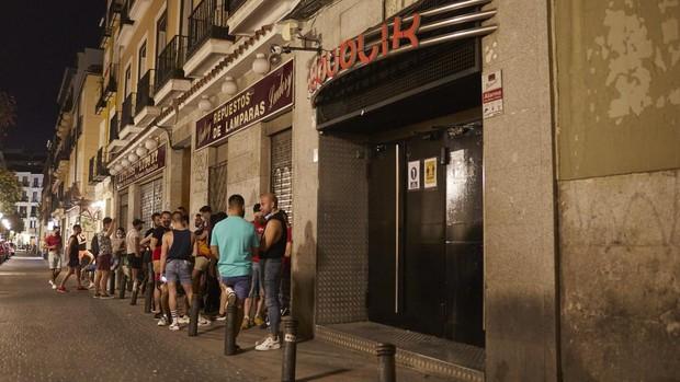 Jóvenes esperan para entrar en una discoteca