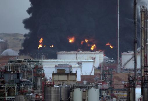 Un rayo ha incendiado dos depósitos de gasóil en Repsol Puertollano