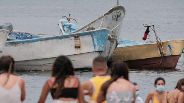 Los cayucos se acumulan en el puerto canario de Arguineguín