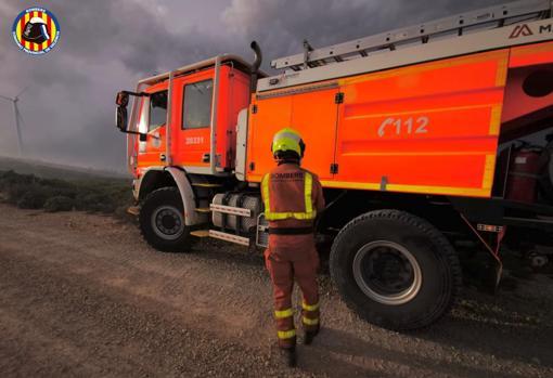 Los Bomberos trabajan en la extinción del fuego en Buñol