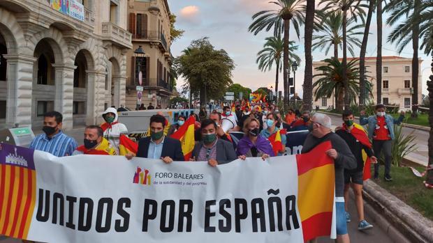 Imagen de la protesta contra Sánchez y Armengol que esta tarde ha recorrido varias calles del casco antiguo de Palma de Mallorca