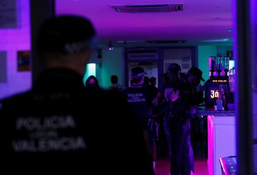 Imagen de un control de la Policía en un local de Valencia