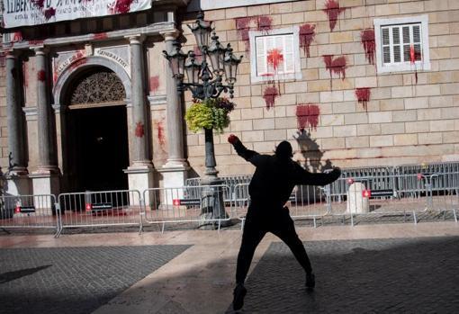 Momento en que se arrojó la sangre contra el Palau de la Generalitat