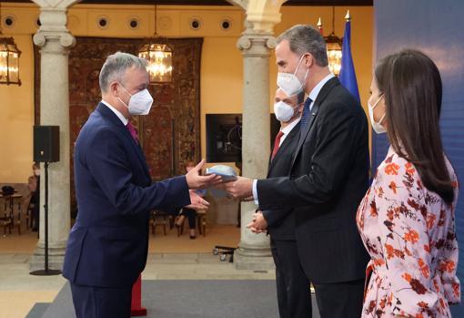 El Rey otorga el galardón al investigador José Capmany