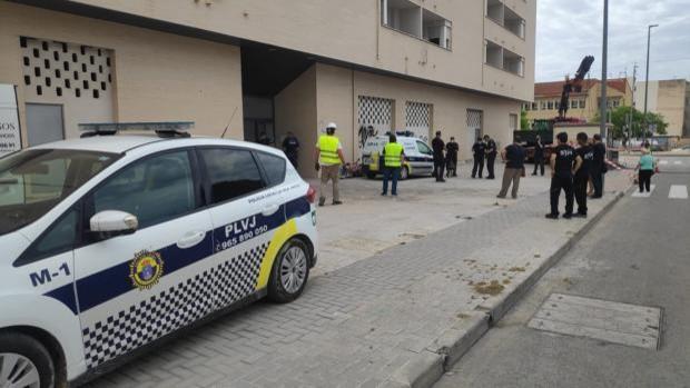Policías locales y personal de seguridad de la empresa propietaria del edificio, durante el desalojo, este martes