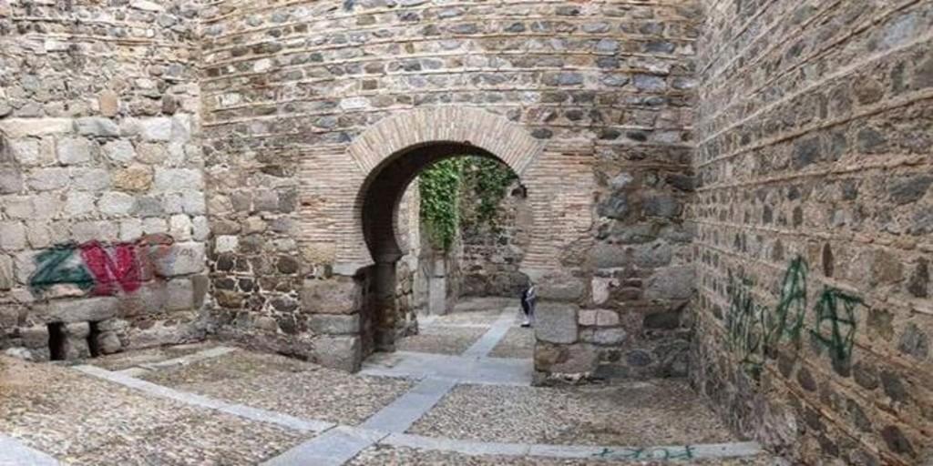 Aparecen pintadas en la puerta de Alcántara de Toledo