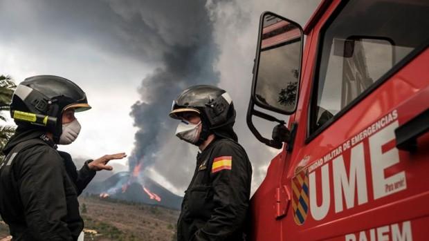 El volcán sigue sepultando La Palma bajo ríos de lava y existe riesgo de rotura del cono principal