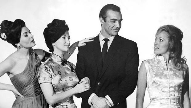 Eunice Gayson, Zena Marshall, Sean Connery y Ursula Andress en una imagen de 1962
