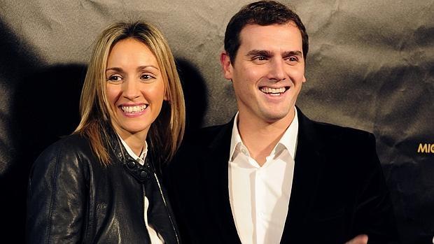 Beatriz Tajuelo y Albert Rivera a la entrada del Teatro Compac Gran Vía