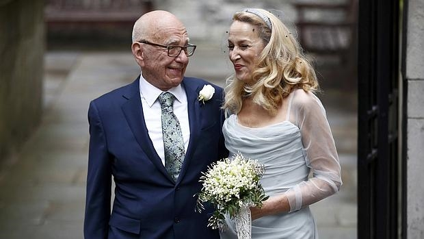 Los recién casados saliendo del templo de Fleet Street, en Londres