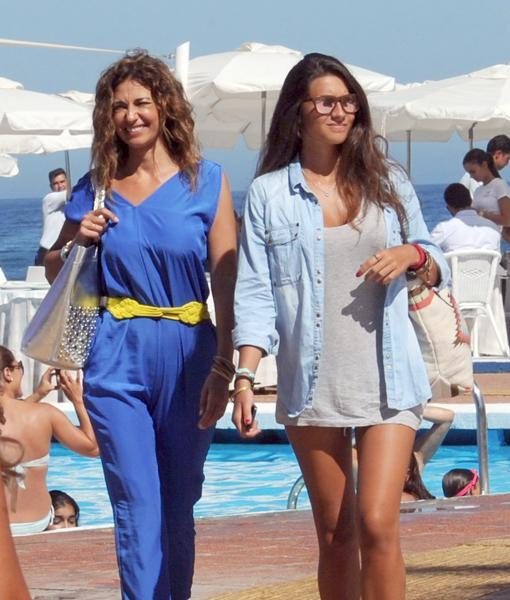 La periodista Mariló Montero con su hija Rocío Herrera Crusset por las calles de Marbella