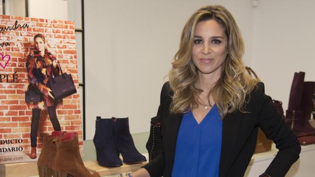 Alejandra Silva junto a su colección de botines