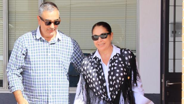 Isabel Pantoja junto a su hermano, feliz tras firmar su libertad