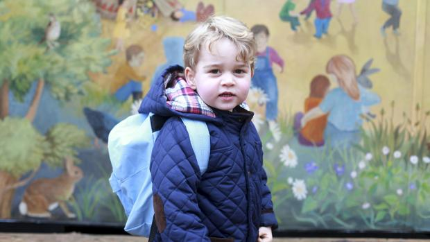 El Príncipe George en la puerta de la guardería Montessori