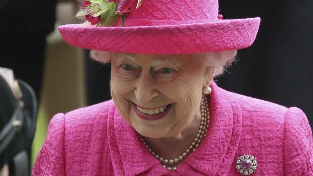 La Reina Isabel II en su llegada a Ascot, cerca de Londres, en junio