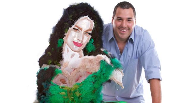 El artista Mateo Blanco junto a su última pieza, una Sofía Vergara de plumas