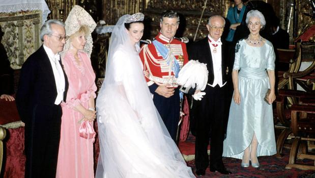 Carlos Fitz-James Stuart y Matilde Solís se casaron el 18 de julio de 1988. En la imagen aparecen junto a sus padres tras la cremonia: a la izq. Cayetana de Alba junto a Jesús Aguirre y a la dcha. Fernando de Solís-Beaumont e Isabel Martínez Campos, marquese de la Motilla