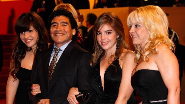 Los Maradona escenifican su discordia en la boda de la hija del Pelusa
