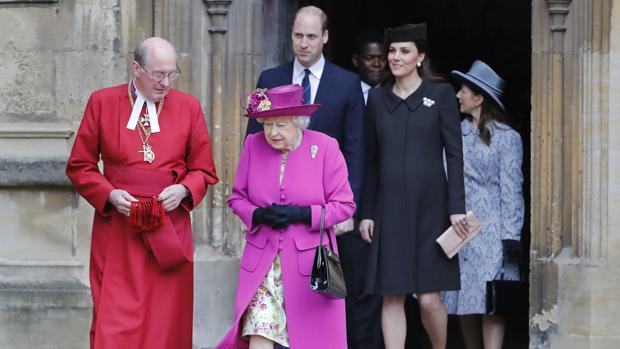La Reina y el dean de Windsor. Detrás Guillermo y Catalina de Cambridge