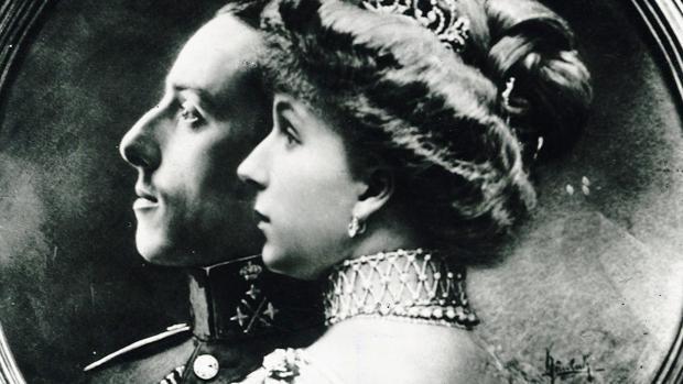 Foto conmemorativa de la boda de Alfonso XIII y Victoria Eugenia de Battenberg