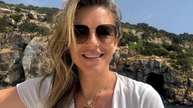 Liz Hurley, a su llegada a la isla privada de Tagomago