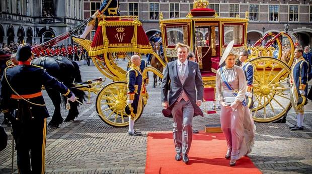 El Rey Guillermo Alejandro y la Reina Máxima de Holanda llegan al Ridderzaal durante el Día del Príncipe, en La Haya