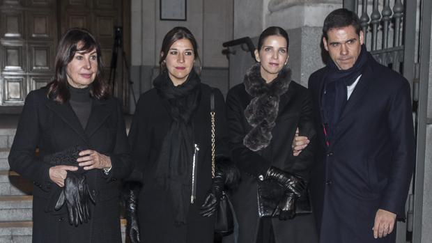 Carmen Martínez-Bordiú, su hija, Cynthia Rossi, Margarita Vargas y Luis Alfonso de Borbón, en el funeral de Carmen Franco