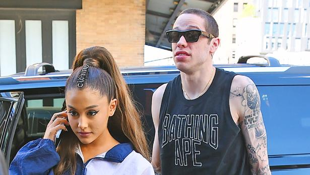 Ariana Grande junto a su ex novio Pete Davidson