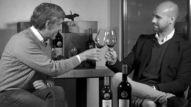 José Moro y Gonzalo Miró brindan con una copa de Malleolus