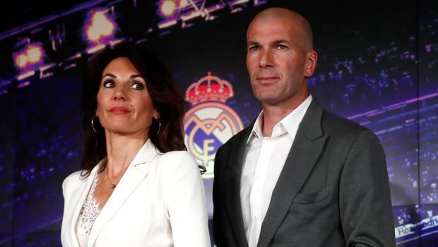 Zinedine Zidane y su mujer Véronique, el pasado lunes, en el estadio Santiago Bernabéu