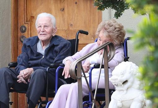 Kirk Douglas e sua esposa Anne Buydens