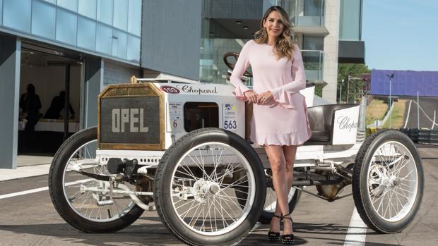 Rosanna Zanetti posa en el Circuito del Jarama de Madrid, en la celebración del 120 aniversario de Opel