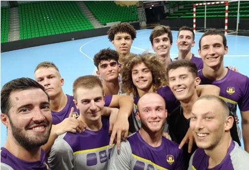 Pablo (al fondo) con su equipo, el HBC Nantes