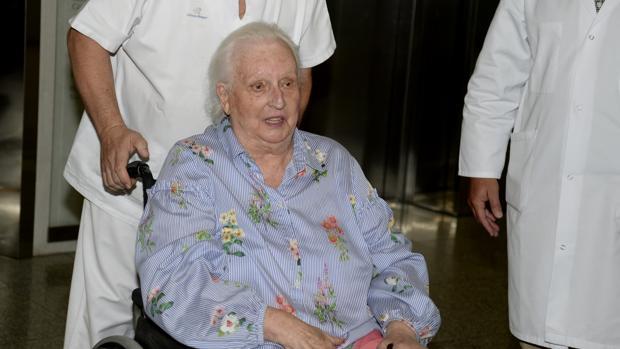 La Infanta Doña Pilar abandonando el hospital