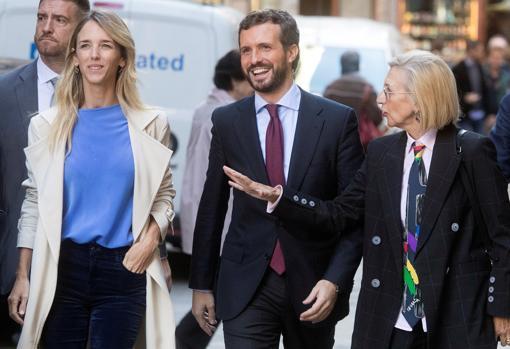 El presidente del PP, Pablo Casado, junto a la portavoz de los populares en el Congreso, Cayetana Álvarez de Toledo, y la ex líder de UPyD, Rosa Díez