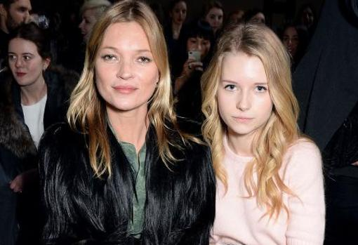 Kate Moss and her sister Lottie in the front row of a parade