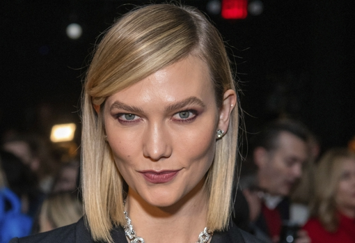 Ash blonde is one of the most flattering and this year it is the mushroom tone, dark at the root and with the lighter ends, like the Karlie Kloss top.