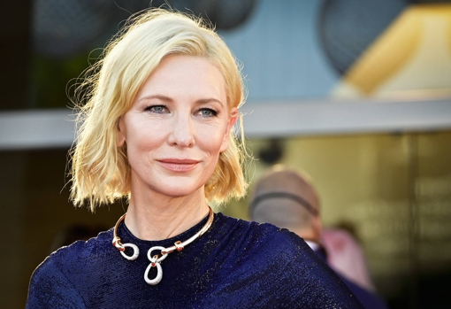 Broken or semi-undone waves are an ideal hairstyle to give volume to fine hair, which is common as the years go by.  Cate Blanchett chooses a bob with soft waves, very successful.