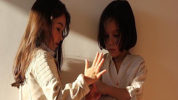 Imagen de la campaña para concienciar sobre el autismo emprendida por Carolina Marín, madre de estas dos mellizas